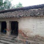 जिला अयोध्या के इस गाँव में बारिश में झोपड़ियों में कैसे रह रहे है लोग