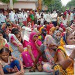 तीन महीने से बत्ती गुल, महिलाओ ने किया सड़क जाम